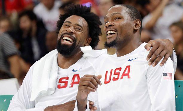 DeAndre Jordan ja Kevin Durant naureskelevat lajin helppoutta.