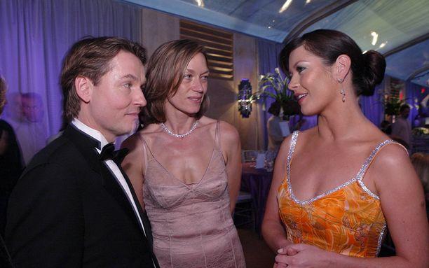 Esa-Pekka, Jane ja Catherine Zeta-Jones vaihtavat kuulumisia gaalassa vuonna 2003.