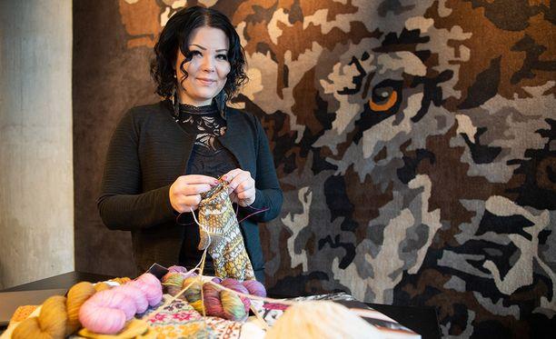 Tekstiilityö ei kuulunut koulussa Niina Laitisen lempiaineisiin, mutta tätä nykyä hän elättää itsensä neulesuunnittelulla. Hän neulojana täysin itseoppinut.
