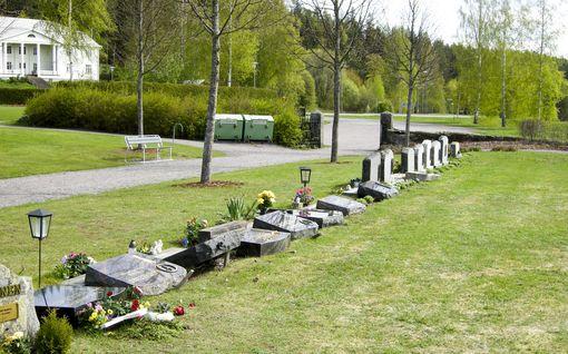 Hautausmaalla odotti äitienpäivän jälkeen surkea näky – Lukuisia hautakiviä oli kaadettu