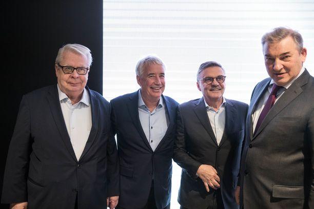 Kalervo Kummola, Bob Nicholson, Rene Fasel ja Vladislav Tretjak pitivät lehdistötilaisuuden Tampereella maaliskuussa. Tuolloin ei vielä tullut vahvistusta vuoden 2022 MM-kisojen pelipaikoista.