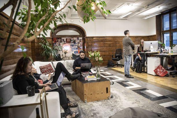 Wörks sijaitsee vanhassa vakuutusyhtiö Salaman konttorissa Helsingin ydinkeskustassa. Perjantaina toimisto on kiinni ja työntekijät viettävät vapaapäivää.