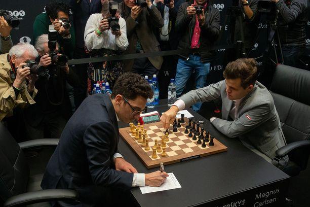 Maailman ykköspelaaja Magnus Carlsen (oik.) ja Fabiano Caruana ovat pelanneet jo 12 tasapeliä.