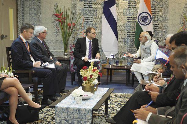 """""""Jokaisen ministerin tehtävänä on vienninedistämismatkoilla edistää tasapuolisesti suomalaisten yritysten vientiä"""", pääministeri Sipilä vastaa. Hän tapasi viime vuoden helmikuussa Intian pääministerin Narendra Modin."""
