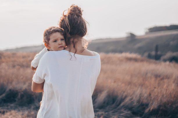 Nuoret naiset ovat huolissaan omasta jaksamisestaan sekä ilmastonmuutoksesta. Muun muassa näiden epävarmuustekijöiden vuoksi he empivät lasten hankkimista.