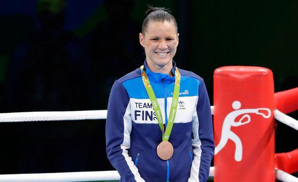 Mira Potkoselta irtosi hymy palkintopallilla.