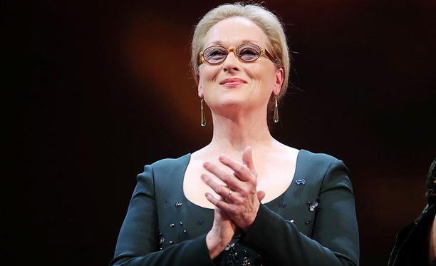 Jos tarkkaan tihrustaa, niin Meryl Streepinkin käsissä voi nähdä joitain listalla lueteltuja merkkejä. 67-vuotiaan näyttelijän säkenöivät kasvot tosin varastavat melko hyvin kaiken huomion puoleensa.