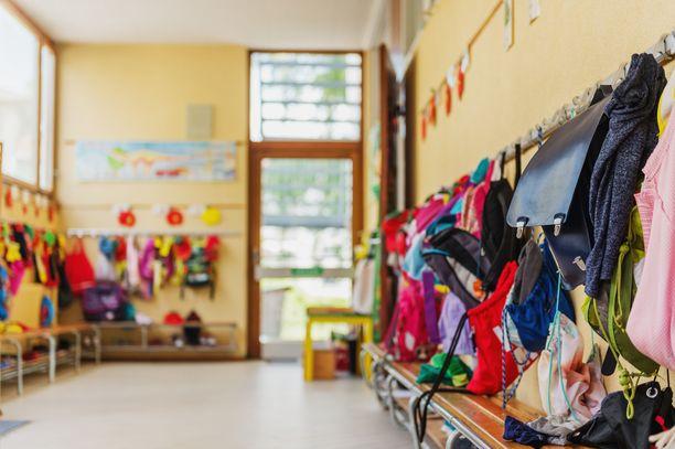 Vanhemmat ja lastenhoitajat tekevät yhteistyötä hyvässä hengessä.