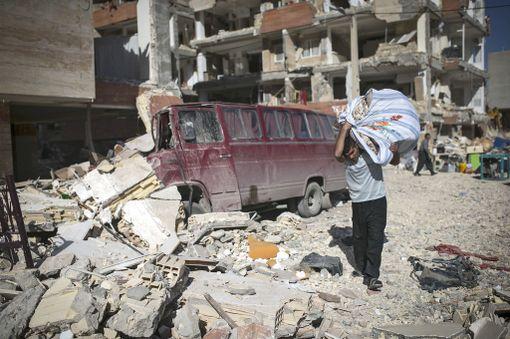 Mies kantoi omaisuuttaan Iranin Sarpol-e Zahabissa - kaupungissa, jossa kuoli eniten ihmisiä.