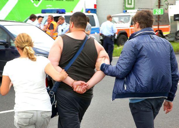 Poliisi pidätti heti palopaikalla epäiltyjä.