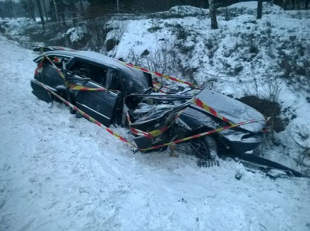Auto suistui vastaantulevien kaistan yli ja jatkoi matkaa tien ulkopuolella.