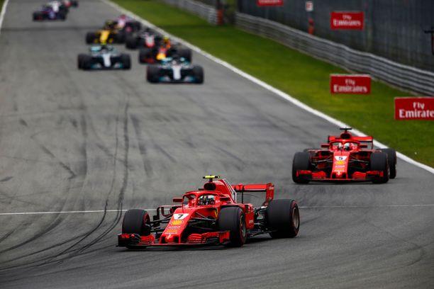 Kimi Räikkönen (edellä) oli paalupaikalla vielä Monzassa. Sen jälkeen Mercedes on hallinnut GP-viikonloppuja.