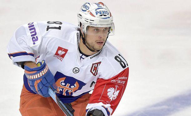 Jukka Peltola vaihtaa kirvespaidan Leijonien nuttuun.