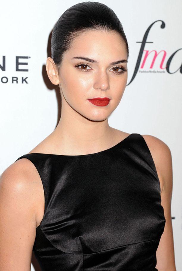 Tällaisena me olemme tottuneet hänet näkemään. Kendall glamourlookissa, hiukset kammattuina tiukasti taakse ja täydessä meikissä.