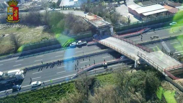 Silta romahti moottoritien päälle lähellä Anconan kaupunkia.