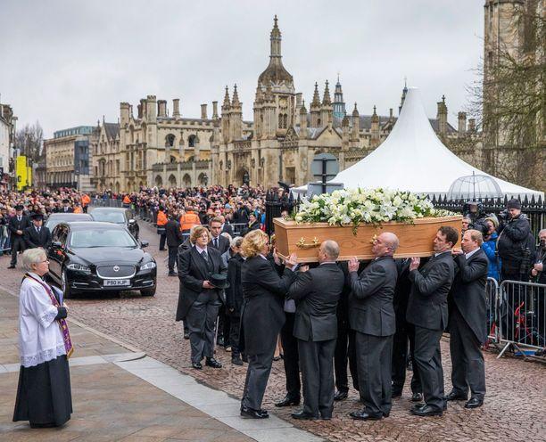 Tuhannet ihmiset kokoontuivat katujen varsille Cambridgessa seuraamaan Hawkingin hautajaisia lauantaina.