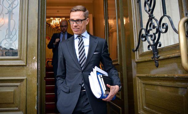 Alexander Stubbin (kok) päivät pääministerinä ovat vähissä, sillä uusi hallitus nimitetään perjantaina. Hän ei kommentoinut hallitusneuvottelujen lopputulosta poistuessaan tiistai-iltana Smolnasta.