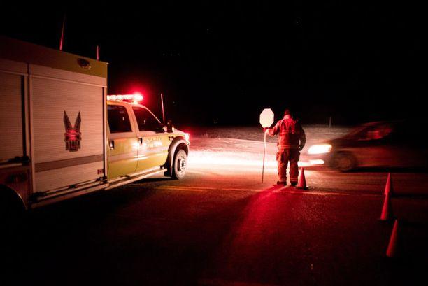 Viranomaiset ohjasivat liikennettä onnettomuuspaikalla.