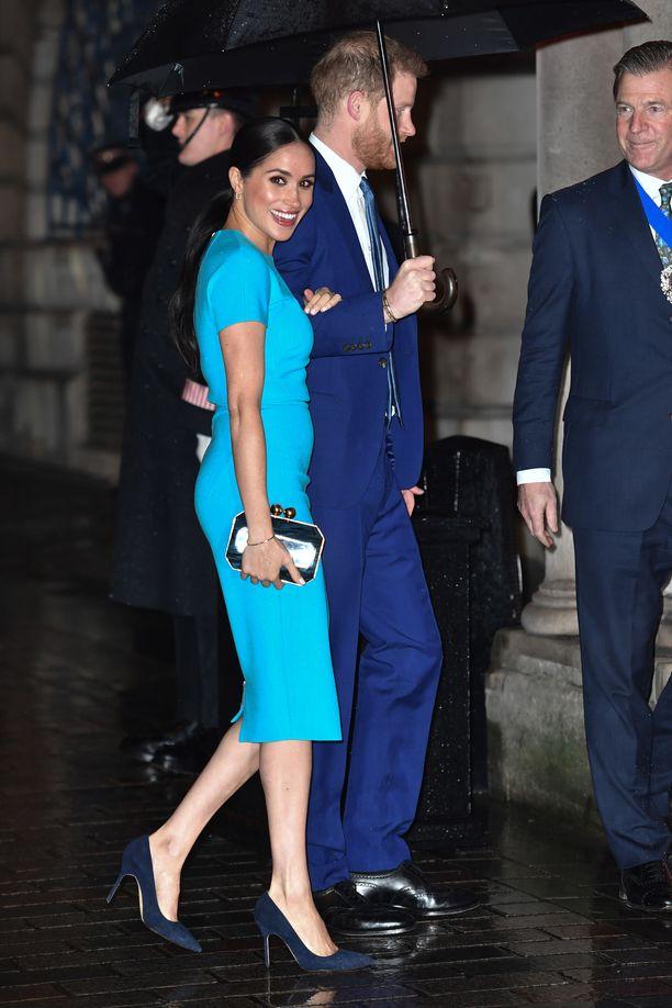 Harry ja Meghan kävelivät autolta gaalaan sateenvarjon alla.
