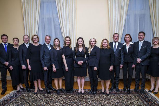 Sanna Marinin hallitus nimitettiin viikko sitten tiistaina: Ministerit vasemmalta lukien: Ville Skinnari (sd), Krista Mikkonen (vihr), Jari Leppä (kesk), Tuula Haatainen (sd), Pekka Haavisto (vihr), Li Andersson (vas), Katri Kulmuni (kesk), Sanna Marin (sd), Maria Ohisalo (vihr), Krista Kiuru (sd), Mika Lintilä (kesk),  Sirpa Paatero (sd), Thomas Blomqvist (r) ja Aino-Kaisa Pekonen (vas). Kuvasta puuttuu Anna-Maja Henriksson (r).