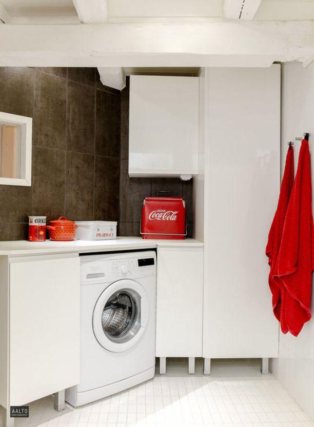 Älä pelkää värejä tai tavaraa pinnoilla. Sisustusesineet voivat olla myös hyödyksi, kuten kuvan kodinhoitohuoneessa.
