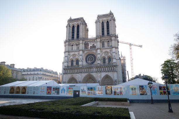 Notre-Damen työmaa-alue on ympäröity värikkäällä aidalla. Kuva tiistailta.