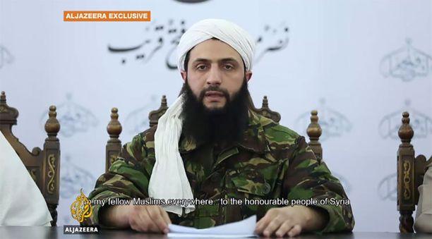 """Al-Nusran johtaja al-Julani ilmoitti videolla heinäkuussa 2016, että hänen ryhmittymänsä muuttaa nimensä ja eroaa al-Qaidasta. Käytännössä """"ero"""" jäi pelkäksi puheeksi."""
