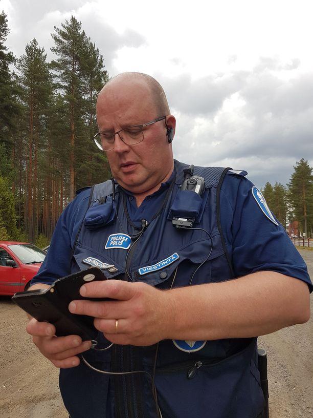 Ylikonstaapeli Toni Reinikainen oli mukana selvittämässä karhun olinpaikkaa tiistaina iltapäivällä.