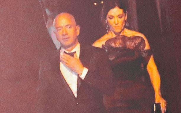 Jeff Bezos saapui Jay Z:n Oscarin jälkeisiin juhliin Hollywoodissa.