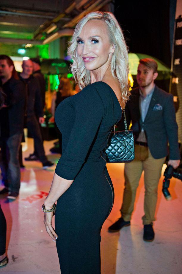 Jutta Gustafsberg esitteli timmiä vartaloaan FOX-kanavan syksyn ohjelmien julkaisutilaisuudessa 31. elokuuta.