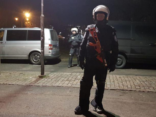 Poliisin mellakkavarustukseen kuului paineilmalla toimiva projektiililaukaisin.