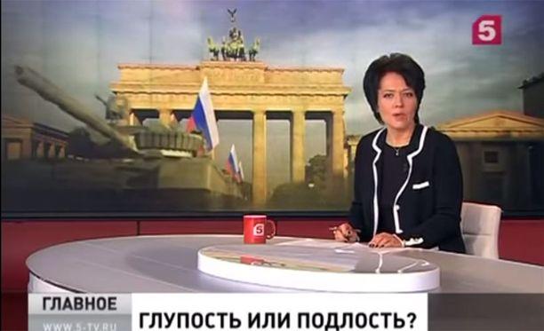 Venäjän television TV5-kanavan ankkurin taustalla näkyy, kuinka Venäjän tankit ajaisivat läpi Brandenburgin portista.