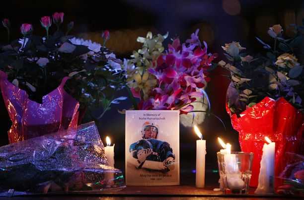 Kuolleelle kelkkailijalle sytytetyt kynttilät olympiakylässä.