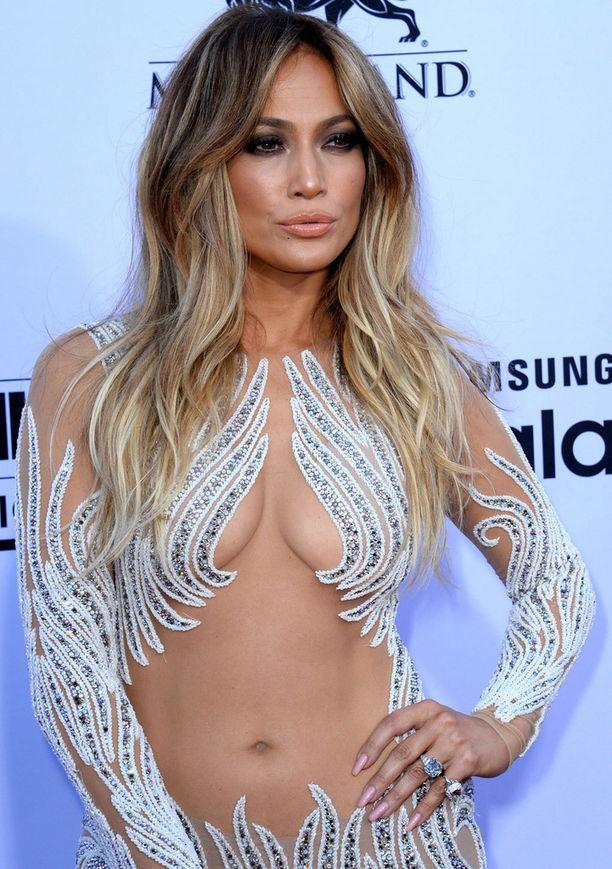 Jennifer tietää kuinka hurmata punaisella matolla. Tässä tyylinäyte Billboard-gaalasta.