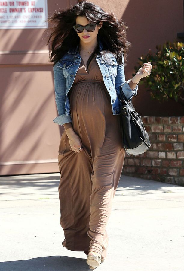 Empire-mallinen mekko tekee Jenna Dewanin vauvamasusta supersuloisen.