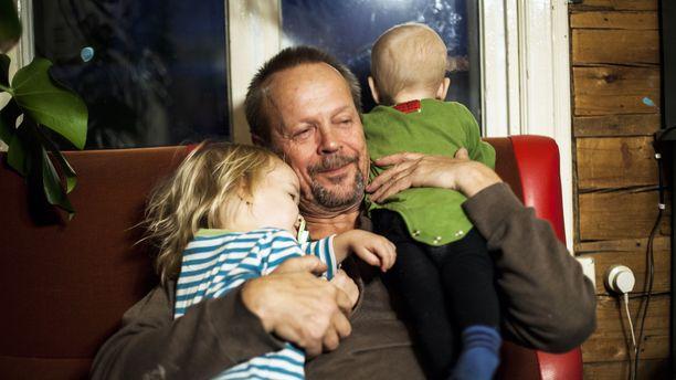 Yli 50-vuotiaana isäksi tulevien miesten määrä on kolminkertaistunut 30 vuoden aikana. Yksi ryhmään kuuluvista on ohjaaja Jóhann Dammertin suomalainen isä Lauri Dammert.