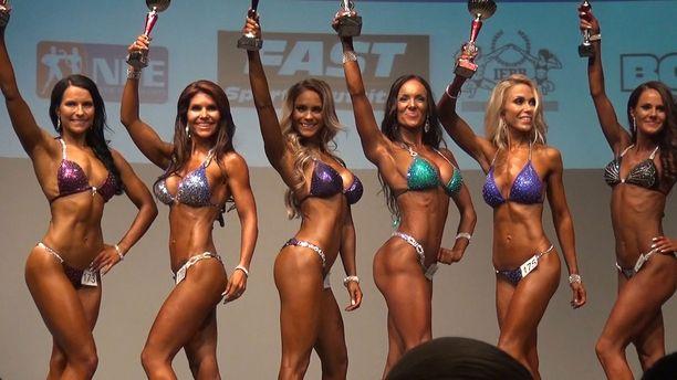 Eevi Teittinen (kolmas vasemmalta) sijoittui hopealle ensimmäisissä bikini fitness -kilpailuissaan.