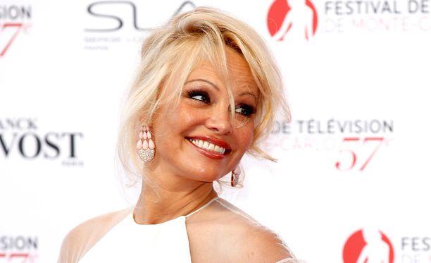 Pamela Anderson viihtyi Ranskan MM-kultajuhlissa.