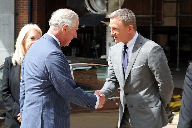 Prinssi Charles kätteli pääosanäyttelijää.