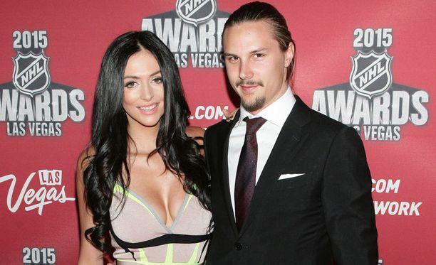 Melinda Currey ja Erik Karlsson osallistuivat 2015 NHL:n palkintogaalaan Las Vegasissa. Karlsson palkttiin tuolloin NHL:n parhaana puolustajana.