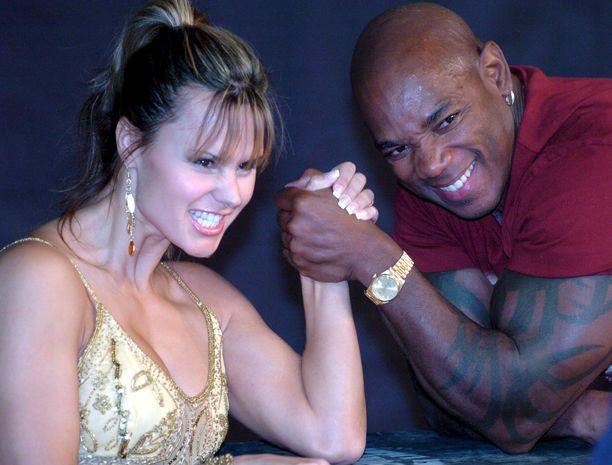 Flex Wheeler joutui yllättäen leikkaukseen. Kuvassa kehonrakentaja poseeraa fitness-urheilija Timea Majorovan kanssa vuonna 2005.