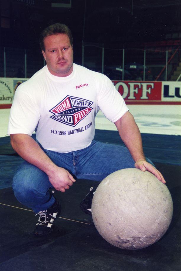 Riku Kiri ja atlaskivi vuonna 1998.