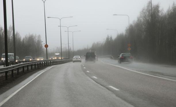 Tällaisella syksyisellä tiellä mies lähti jahtaamaan edellä ajavaa autoa. Arkistokuva.