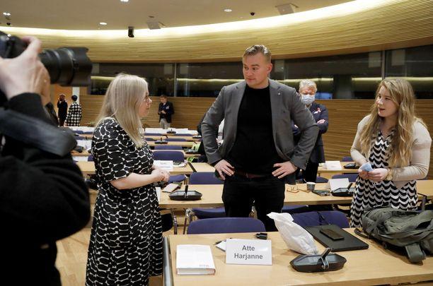 Iiris Suomela, Atte Harjanne ja Emma Kari ovat olleet esillä vihreiden puheenjohtaja- ja ministerimuutoksissa.