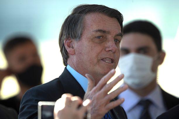 Brasilian presidentti Jair Bolsonaro puhui 3. kesäkuuta kannattajilleen ilman maskia, maskipakosta huolimatta.