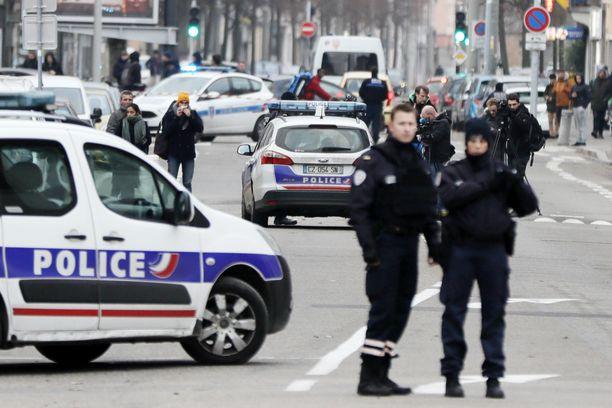 Poliisi jahtaa terrori-iskun tekijää Strasbourgissa.