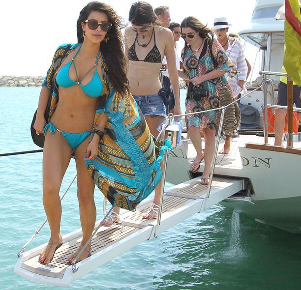 Kim johti tyylikkäiden Kardashian-siskosten muotiparaatia.