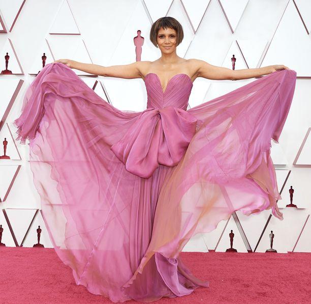 Halle Berry näyttäytyi uudessa hiustyylissä Oscar-gaalassa.