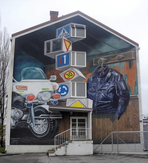 Kaivattua piristystä Salon keskustan harmaaseen ilmeeseen ja virkavallan ankeaan arkeen: hollantilaistaiteilija Leon Keer sai syyskuussa valmiiksi kolmiulotteisen muraalinsa poliisilaitoksen seinään.