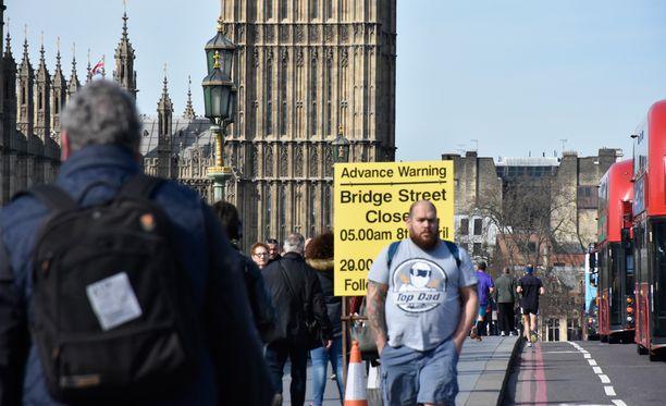 Keskiviikon iskusta epäilty terroristi Khalid Masood ohjasi autonsa turisteja vilisevälle jalkakäytävälle hieman ennen kuvan keltaista kylttiä.
